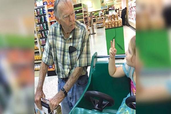 4χρονο κοριτσάκι ζητάει από έναν παππού να βγούνε φωτογραφία…Που να ήξερε ότι θα του άλλαζε η ζωή! – SEX